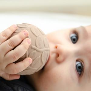"Balles bébé sensorielles en hevea ""Feuillage Earth"" (x2) Natruba"